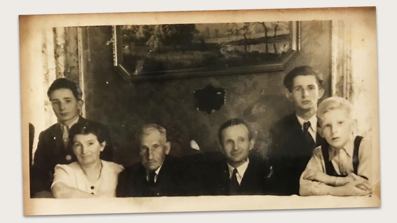 Ganz links Wilhelm Hess, daneben seine Mutter Elise, 3. von links Heinrich Schmidt (Vater von Elise), daneben Adam Hess sowie ganz rechts Heinrich und Konrad Hess, die Geschwister von Wilhelm Hess.